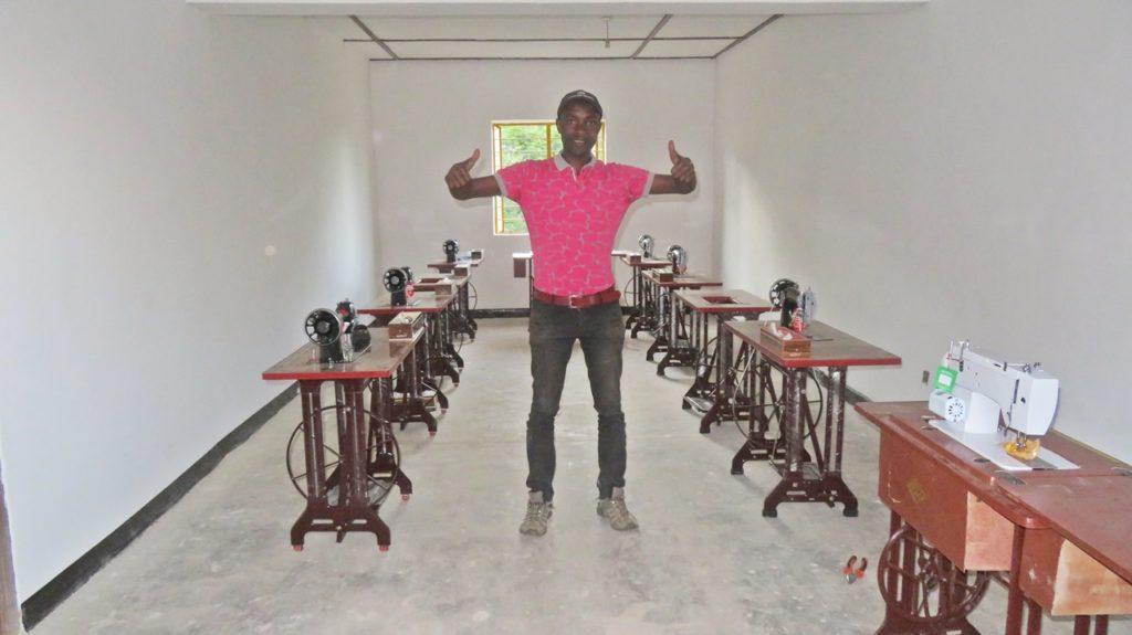 Hier freut sich über das Nähzimmer der Chefrepräsentant Ombeni in Lutindi